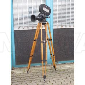 Filmkameragehäuse 16mm auf Holzstativ